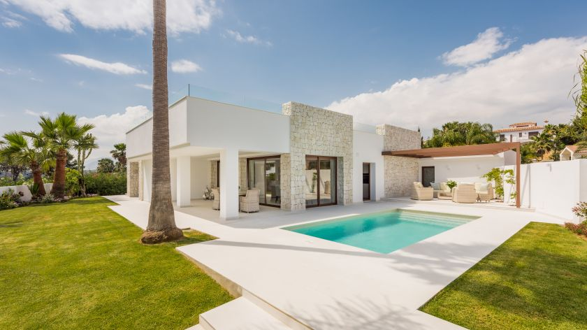 Marbella East, Contemporary villa for sale in El Rosario in Marbella