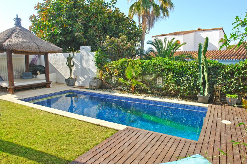 Marbella East, Semi-detached villa with bungalow character for sale in Costabella in Marbella