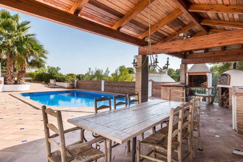 Estepona, Stylish Villa with guest apartment for sale in El Paraiso in Estepona