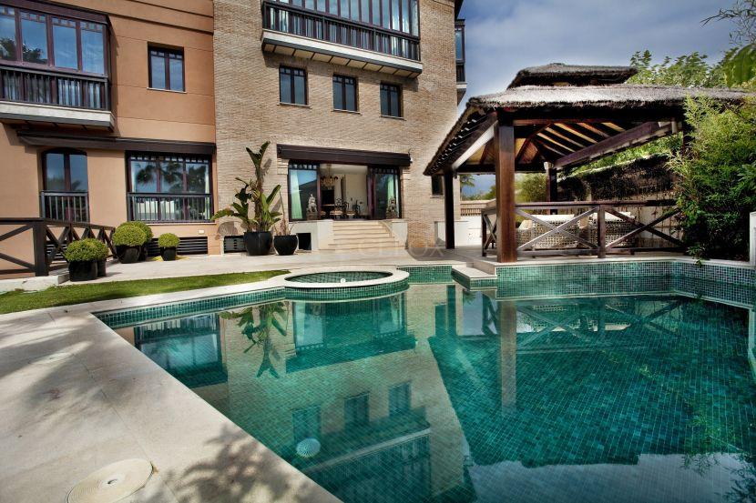 Una casa única a la venta en Marbella, en primera linea de playa