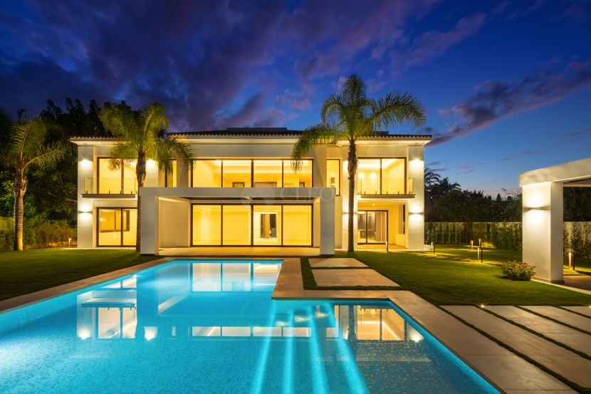 A beachside contemporary villa next to Guadalmina golf, 100 m to the beach