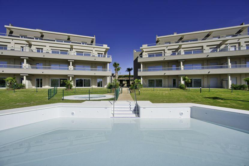 Modernos apartamentos y áticos en primera línea de golf en La Cala Golf Resort, Mijas
