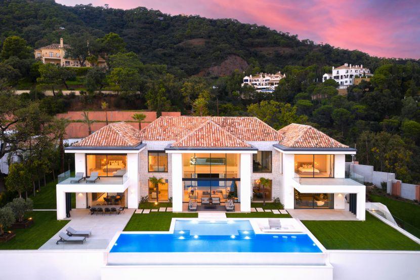 Spectacular contemporary villa for sale in the prestigious urbanization El Madroñal, Benahavis