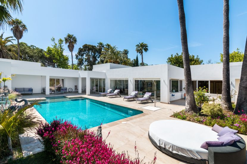Modern villa for sale in a quiet residential area between Marbella and Estepona