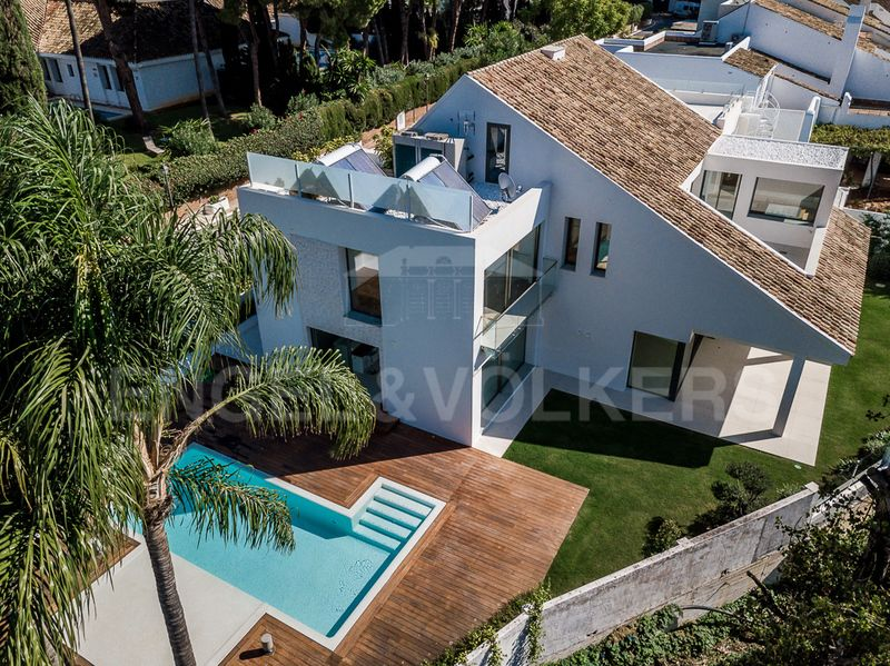 Stunning southwest facing villa on the beachside of Puerto Banus!