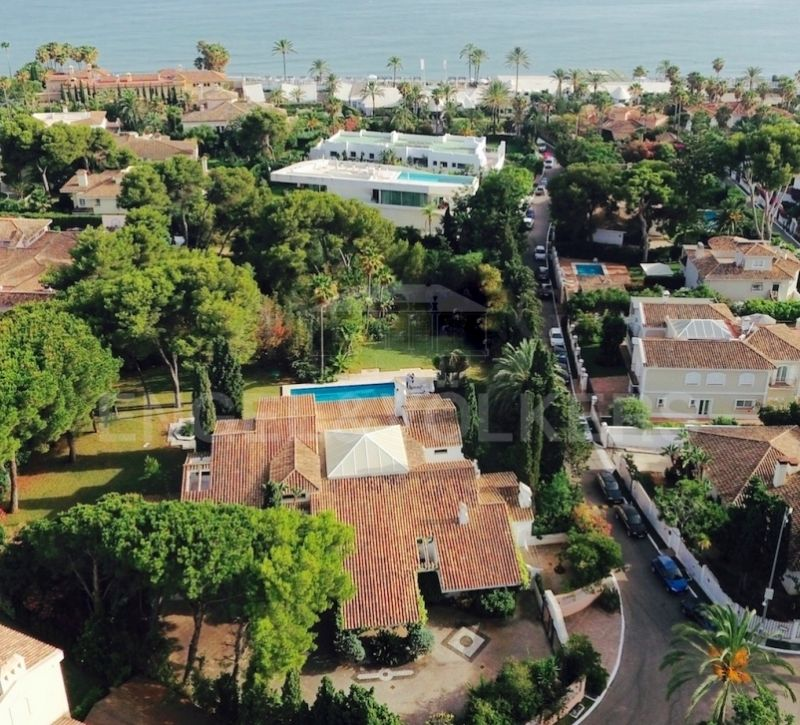 Villa on plot of 5000 m2 at 100m from the beach in Los Monteros Marbella