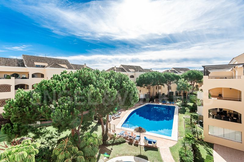 Elviria Beachside Penthouse in gated urbanization, Marbella East