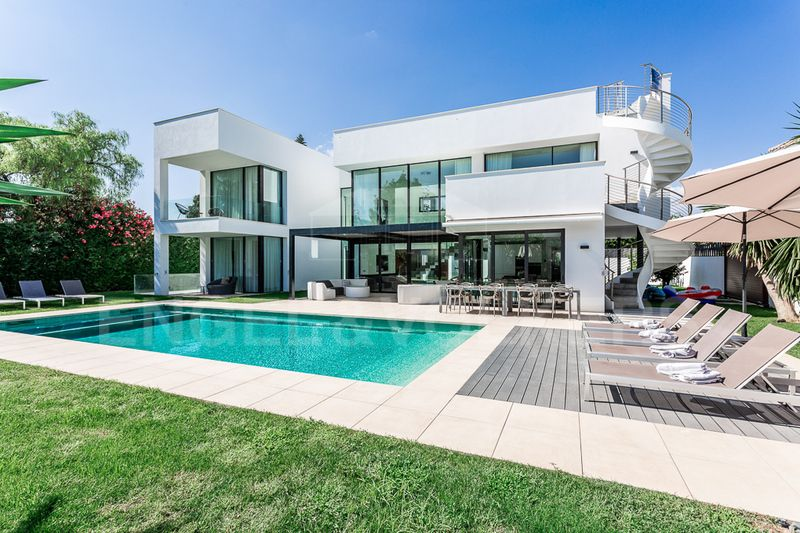 Elegant and Luxurious Beachside Villa in Puerto Banus