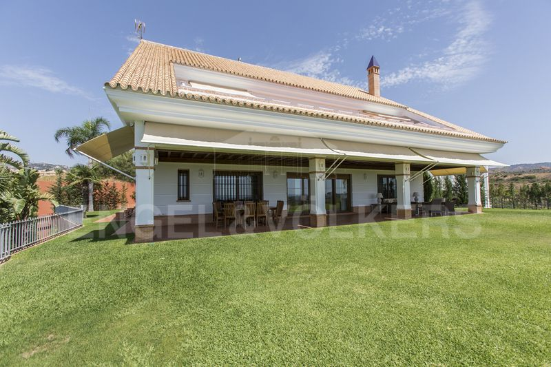 Frontline golf villa for sale with panoramic sea views in Santa Clara Los Monteros Marbella