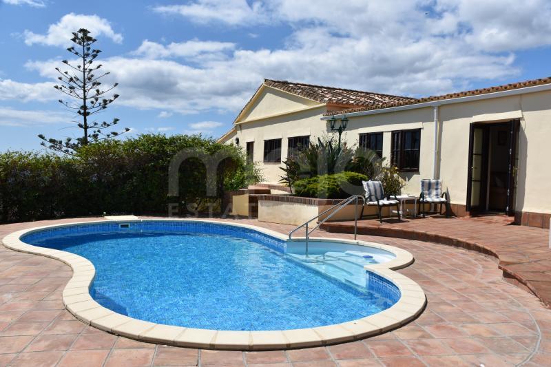 Una Villa de 4 dormitorios situado en Las Colinas Torreguadiaro