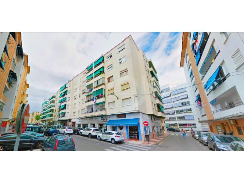 Apartamento de tres habitaciones en la gran zona de la ciudad.