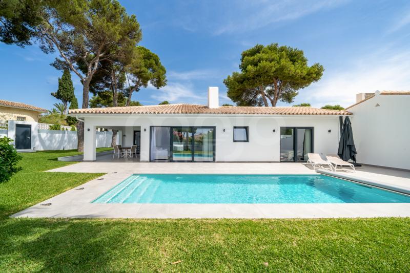 Villa en venta en Los Monteros, Marbella