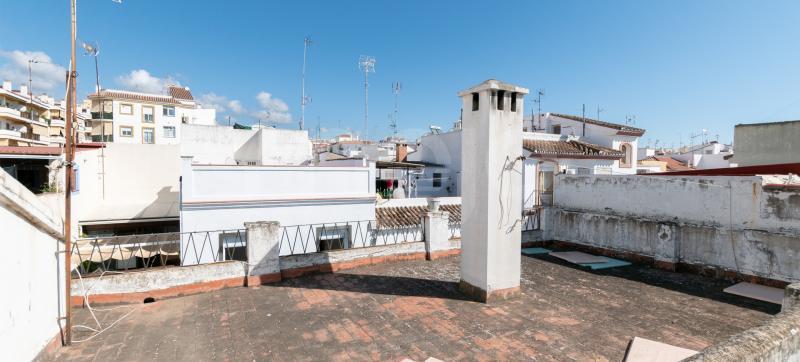 Stort rækkehus med solarium til reform i den gamle bydel i Estepona.