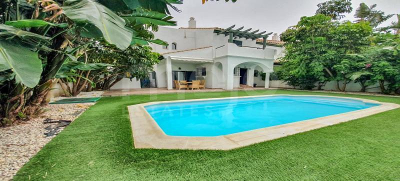 Semi-fritliggende villa til salg i Los Hidalgos, Manilva