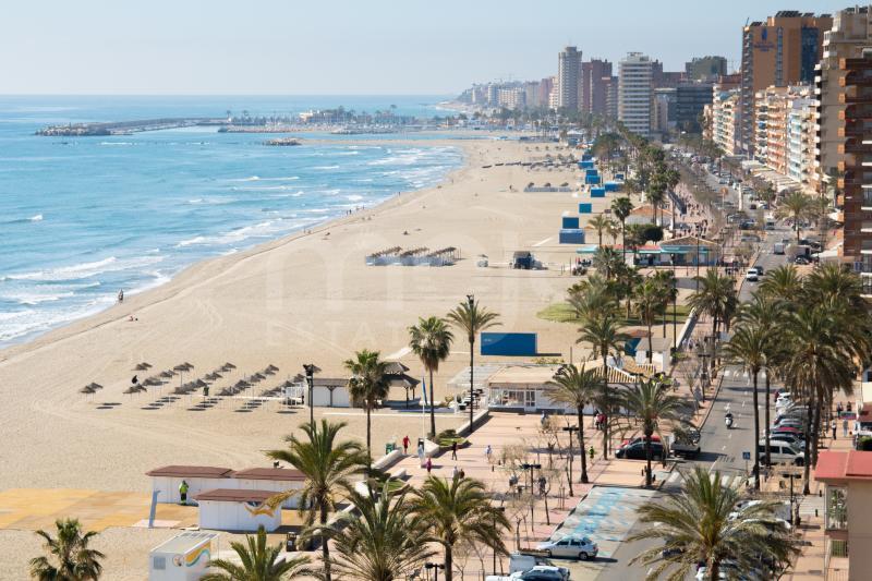 Un apartamento único y fabuloso en primera línea de playa con vistas panorámicas en el área de Torreblanca, Fuengirola!