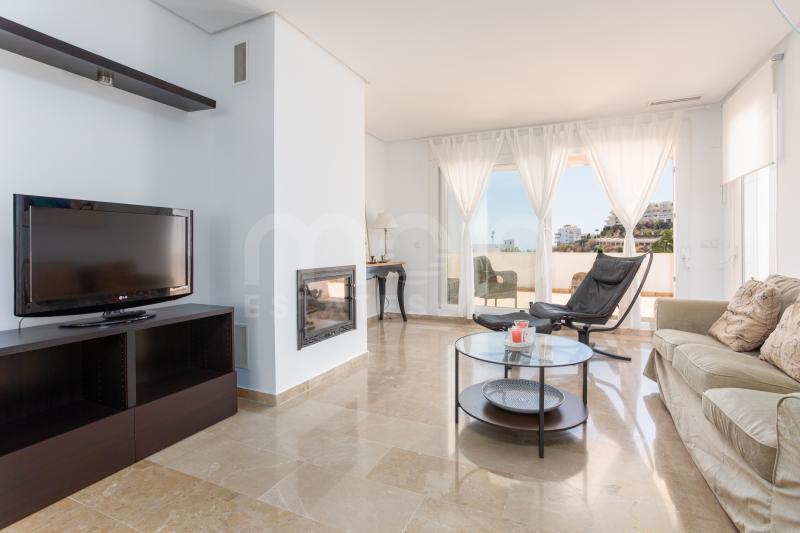 Hermoso y amplio apartamento ubicado en primera línea del campo de Golf Miraflores en Riviera del Sol.