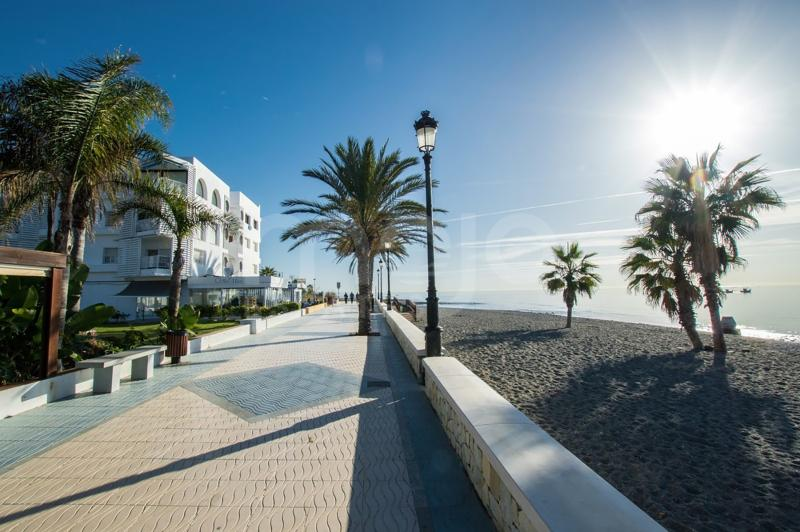 FIRSTLINE BEACH! Cozy apartment with sea and mountain views for sale at San Pedro Alcantara, Costa del Sol.