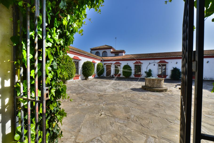 Beautiful Cortijo with large finca, Los Barrios