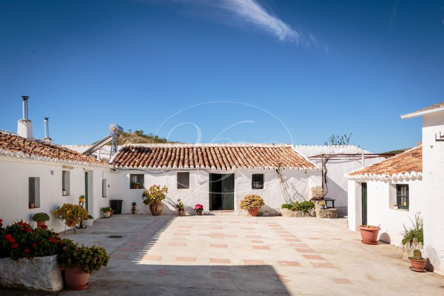 Authentic Cortijo with 18 hectare farm, Ardales