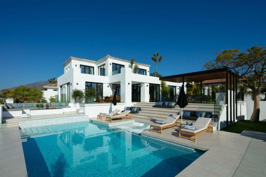 Villa for sale in Los Naranjos, Nueva Andalucía