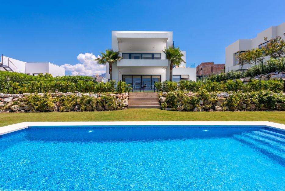 Villa for sale in Nueva Andalucía with sea views
