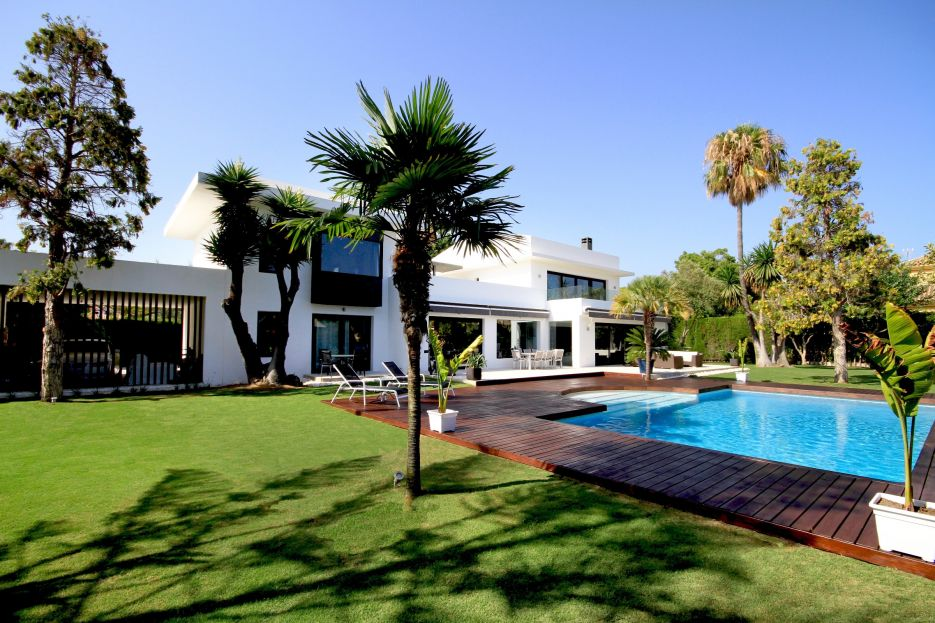 Modern beachside villa for sale in Casasola