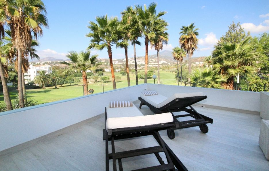 Frontline golf 3 bed apartment in Nueva Andalucia