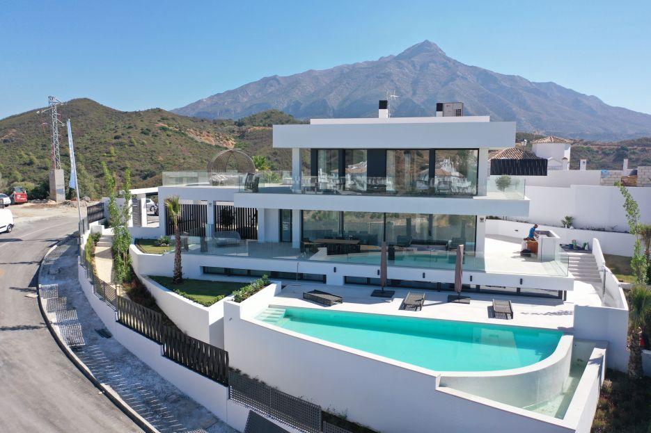 Modern villa with sea views in Nueva Andalucia