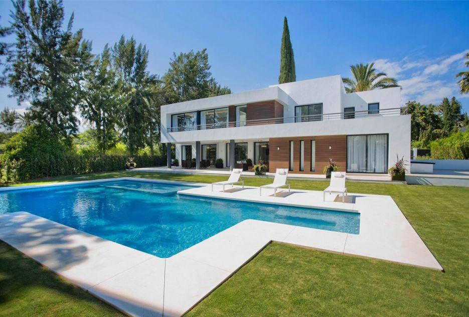New 5 bedroom frontline golf villa in Las Brisas