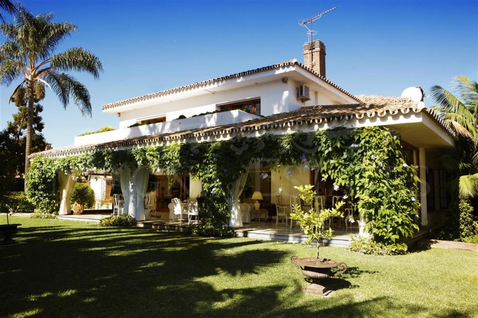 Large Andalusian style villa in Guadalmina Baja