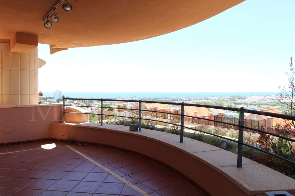 Large 4 bedroom apartment in Magna Marbella with sea views and 3 parking spaces