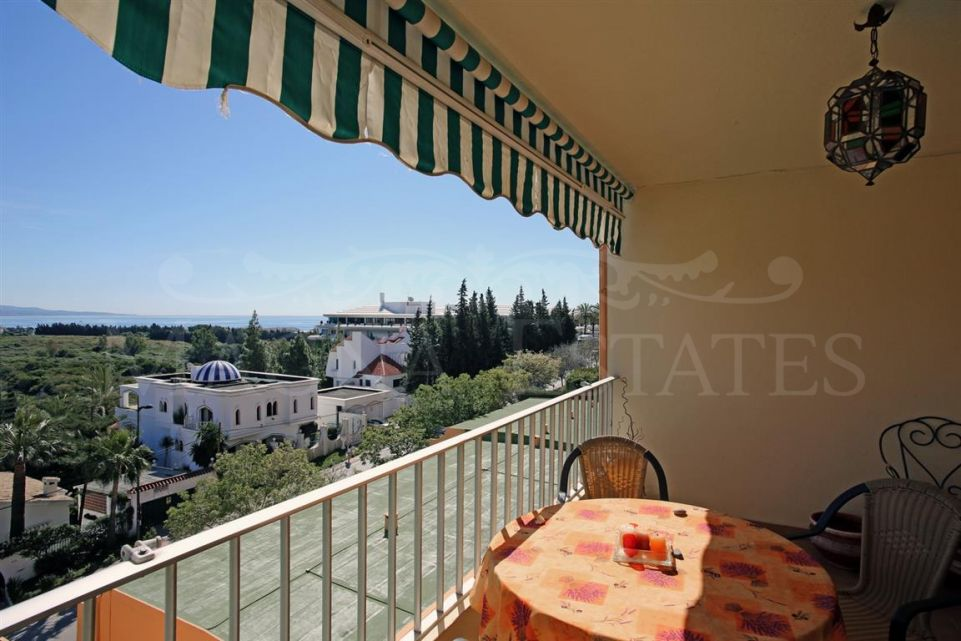 Beautiful apartment with sea and mountain views in Nueva Andalucía
