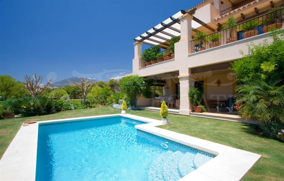 Spectacular ground floor with garden and private pool in Aloha Park, Marbella