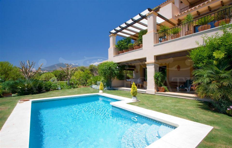 Espectacular bajo con jardín y piscina privada en Aloha Park, Marbella