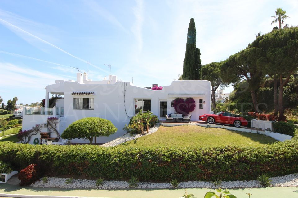 Exceptional semi-detached villa in Nueva Andalucía, with sea, golf and mountain views