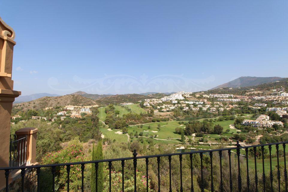 Adosado con impresionantes vistas panorámicas al golf en Monte Halcones, Benahavís