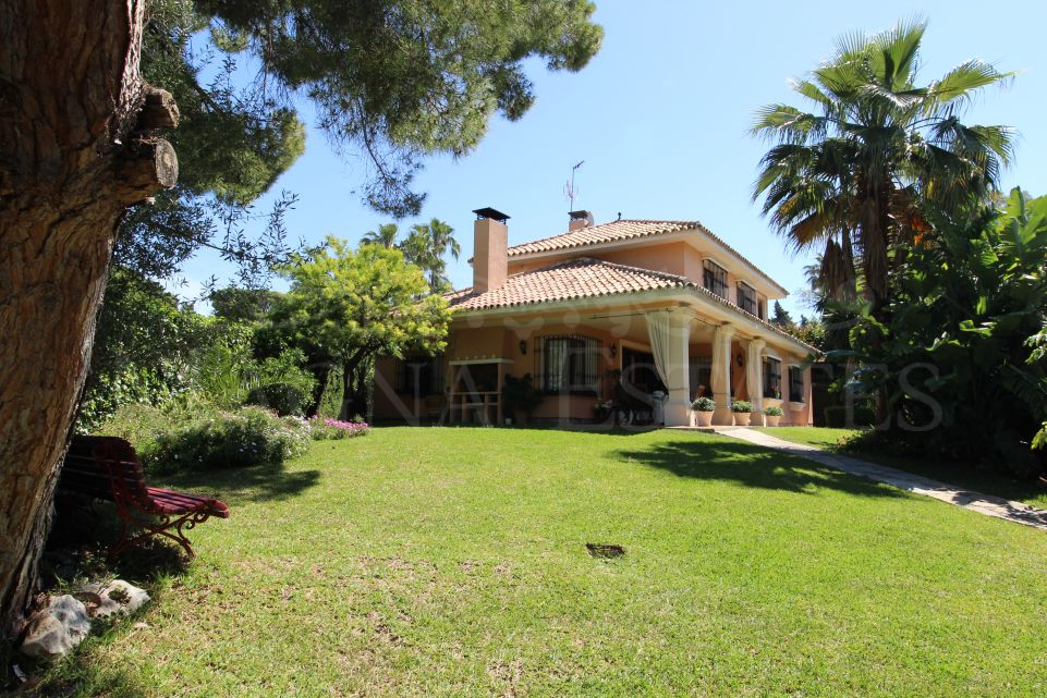 Classical Andalusian style villa in the center of Marbella, in a quiet area.