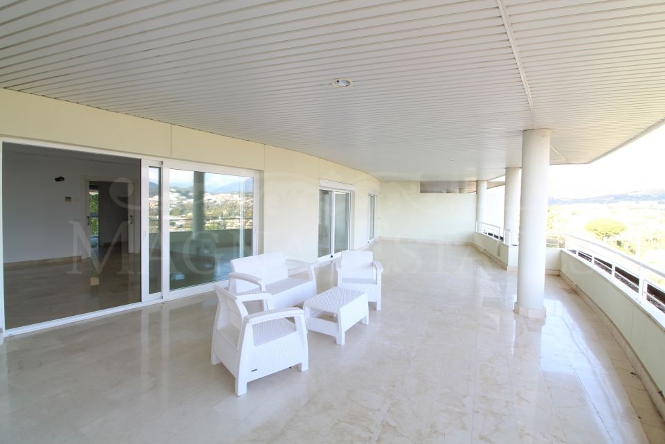 2 bedroom apartment with huge terrace and views to La Concha, Las Brisas Golf and the sea