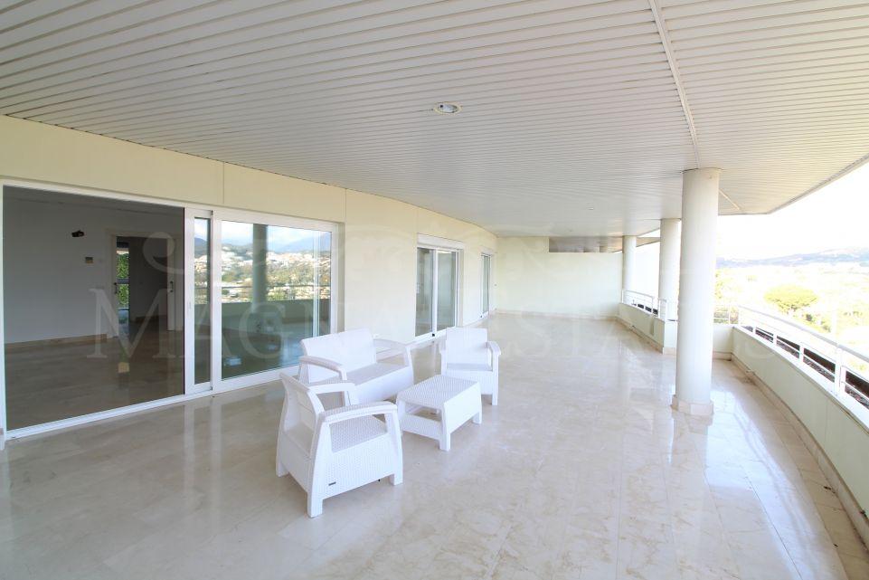 Apartamento de 2 dormitorios con enorme terraza y vistas a La Concha, al Golf Las Brisas y al mar