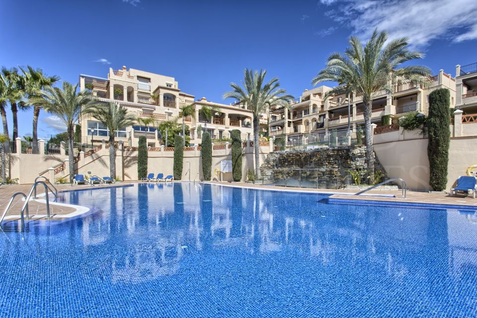 Exceptional duplex penthouse with sea views on the first line of golf in Benahavís