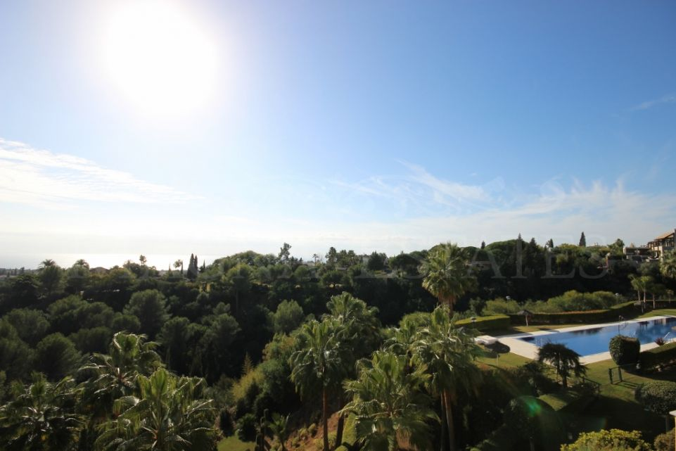 Spacious penthouse in the exclusive urbanization Condado de Sierra Blanca, Marbella