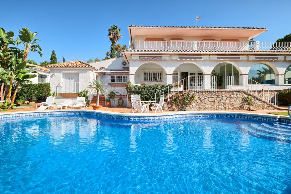 Elegant villa in Guadalmina Alta, on the edge of the golf course