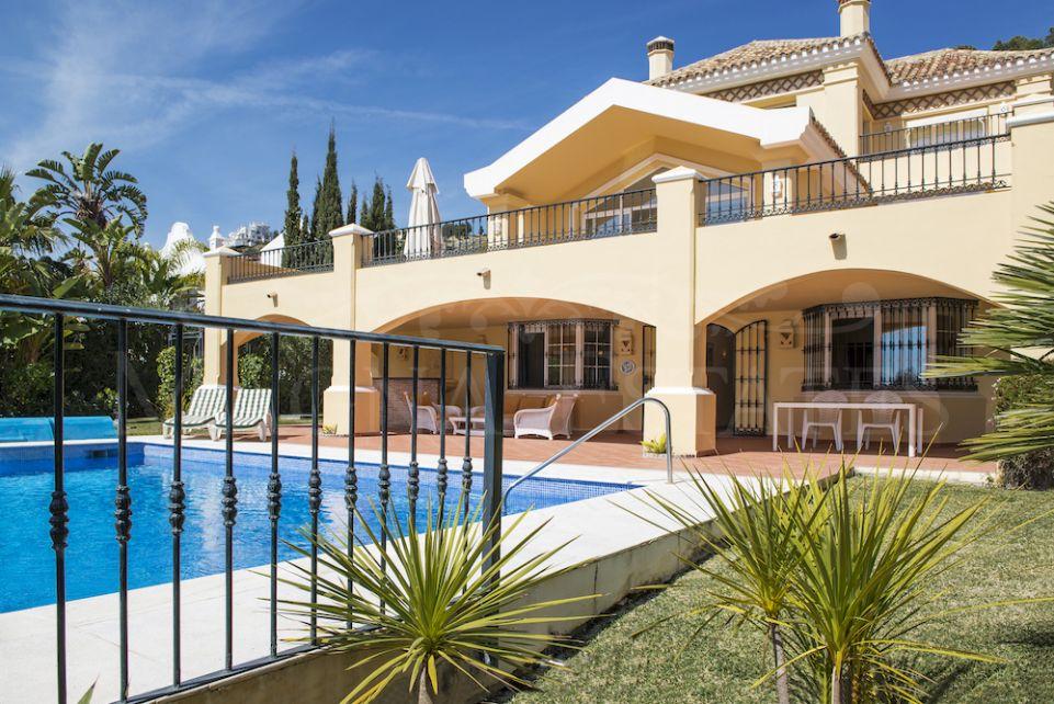 Gran villa en primera línea de golf en La Quinta, Benahavís