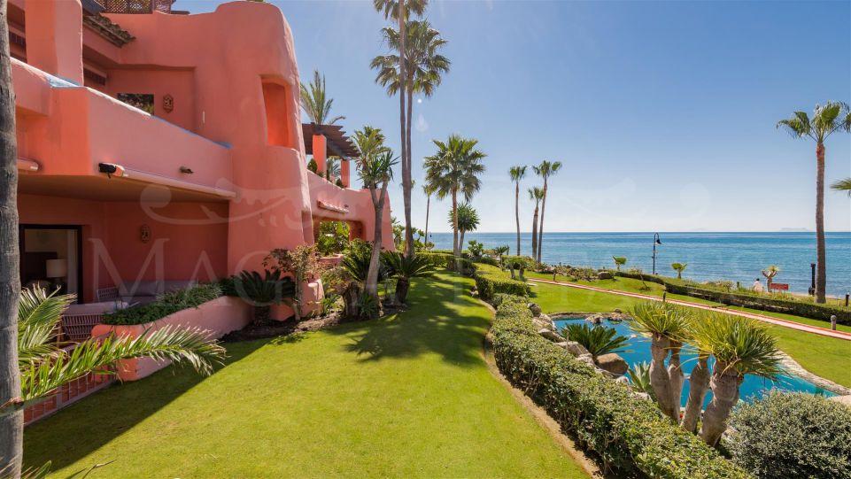 Apartamento en primera línea de playa en Guadalmansa, estepona