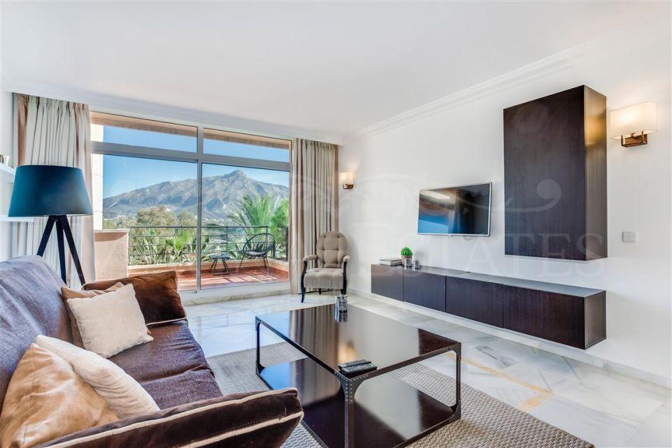Apartamento en Magna Marbella con vistas panorámicas al mar y la montaña