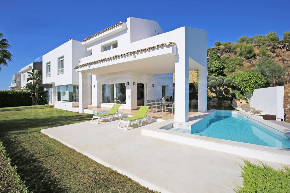 Brand new villa on the first line of golf and sea views in La Alquería, Benahavís