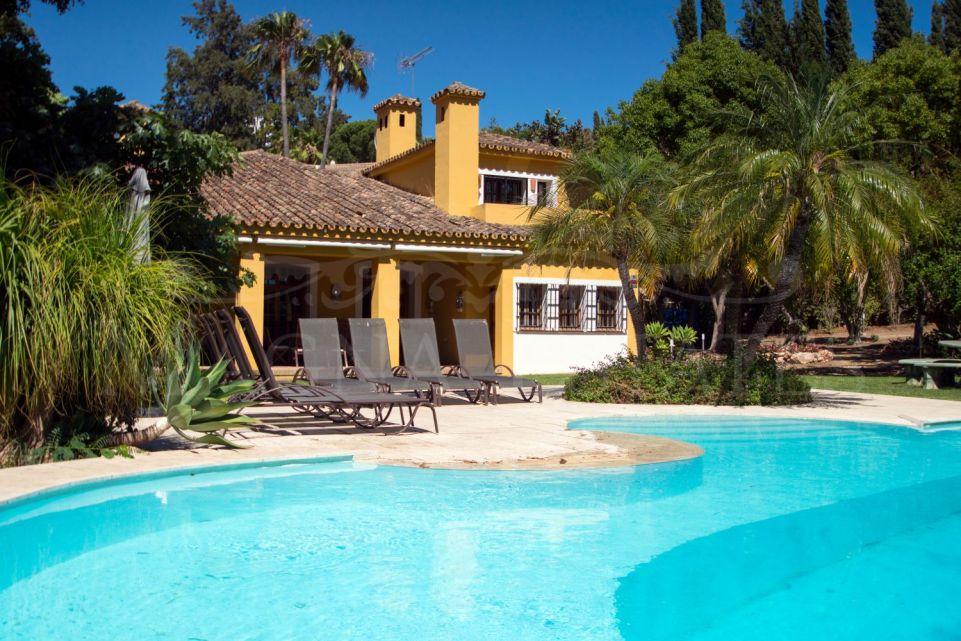 Frontline golf villa in El Paraíso Medio, Estepona