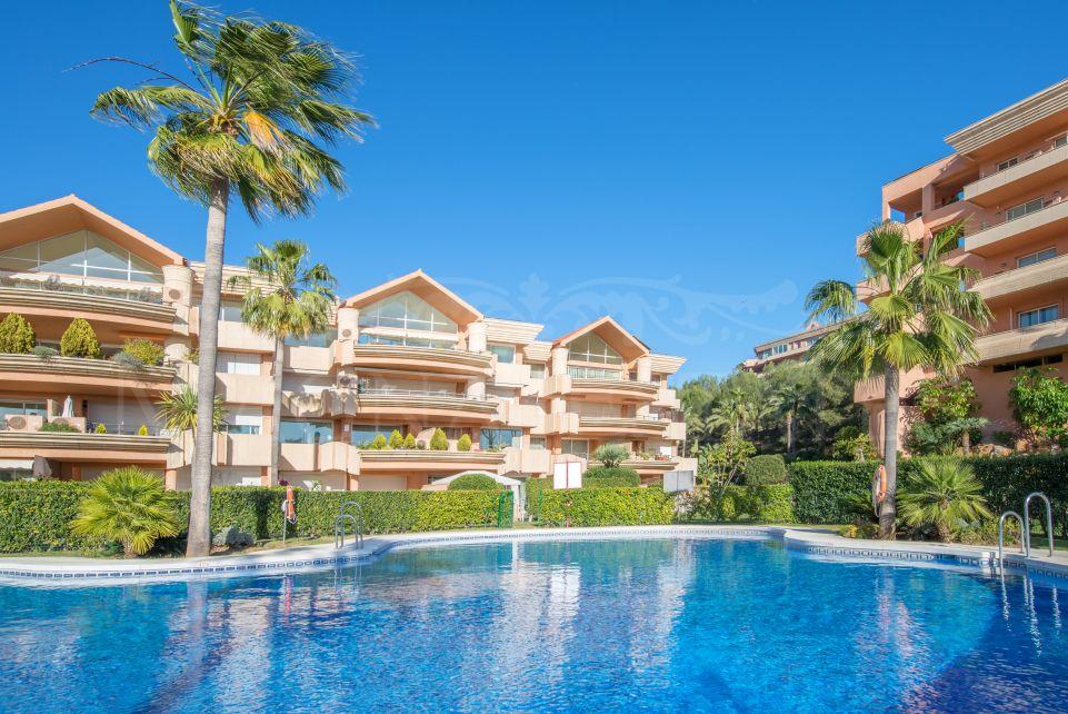 Amplio apartamento de 2 dormitorios en alquiler de corta temporada en Magna Marbella