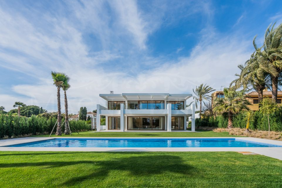 Imposing villa on the second line of the beach in Guadalmina Baja