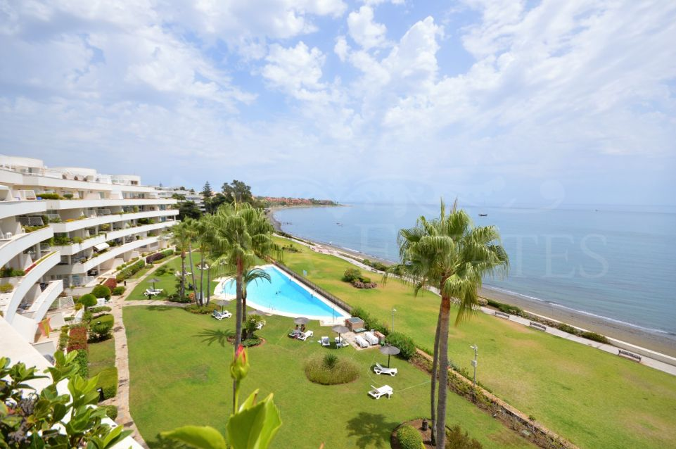 Duplex penthouse with private pool on the seafront, between Marbella and Estepona.